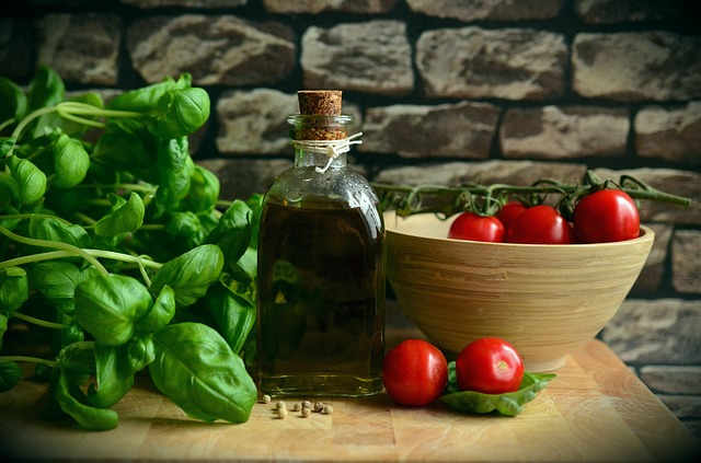 Packing food and liquids, such as tomato, green salad and olive oil.