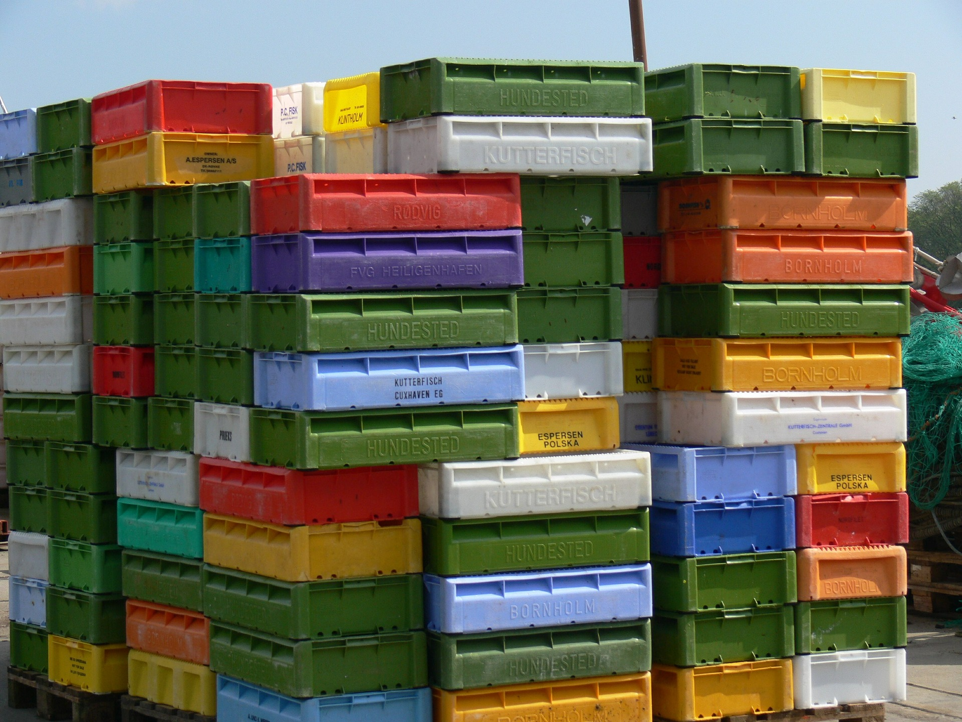 Renting plastic boxes is good both for the environment and for the safety of your belongings.